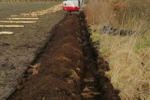 Sleuven graven voor omheining boomgaard Hof van Rhee
